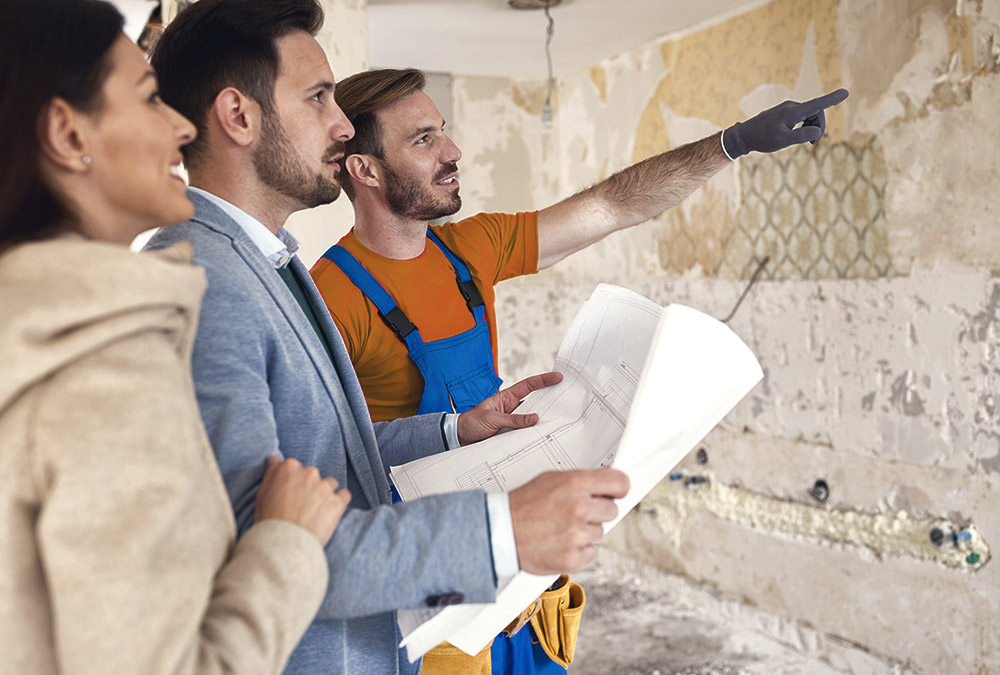 Installateur erklärt Bauherrn den Verlauf des neuen Leitungssystems