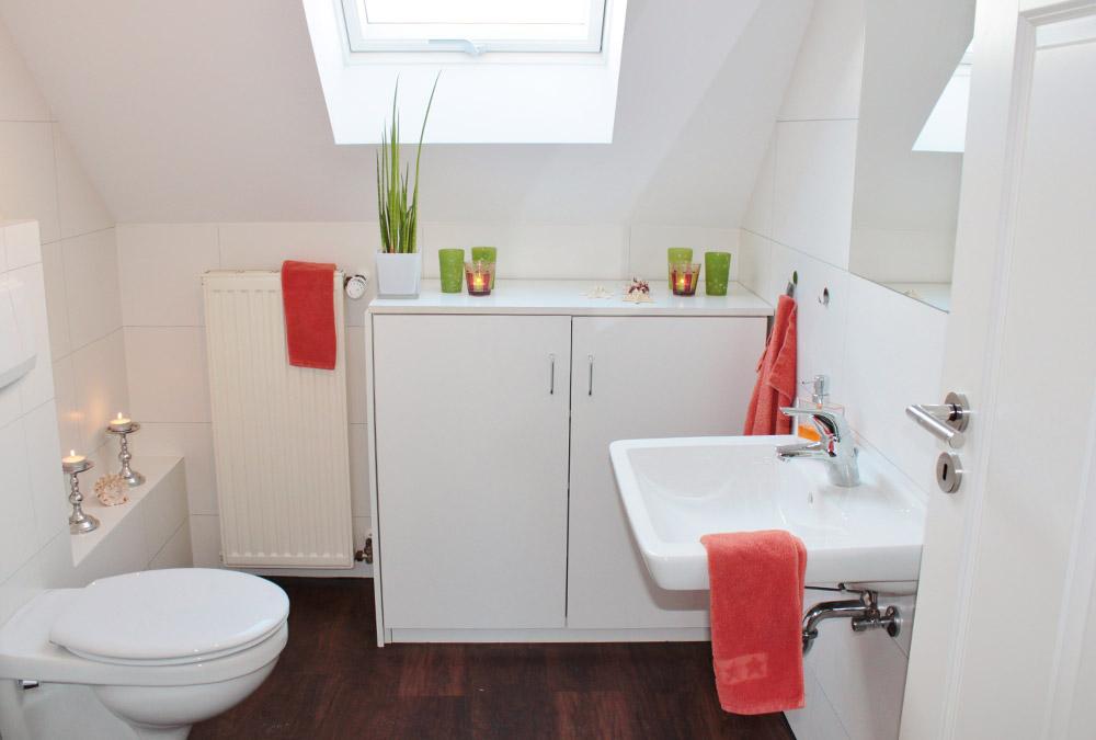 Modernes Bad in Weiß, Dachgeschosswohnung