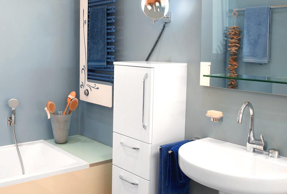 Kleines Bad mit Handtuchheizung und modernen Armaturen