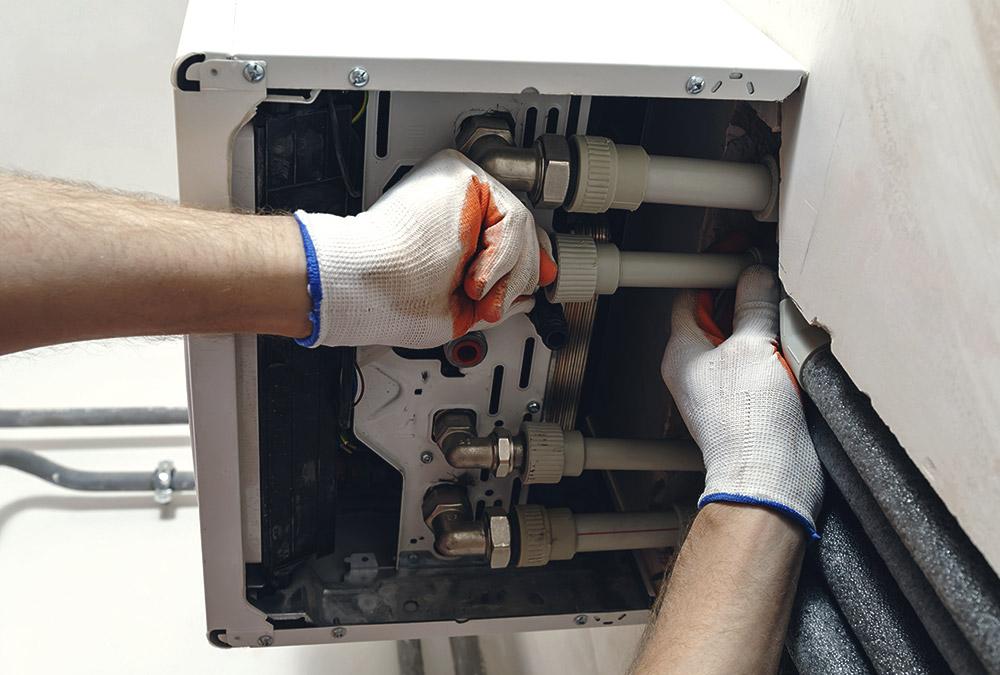 Klempner repariert Heißwassertherme