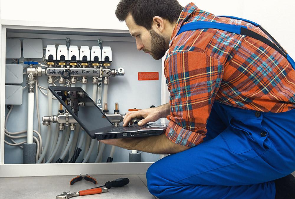 Installateur checkt die Gasanschlüsse
